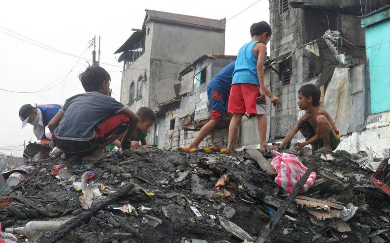 Kinder-durchwhlen-Brandschutt