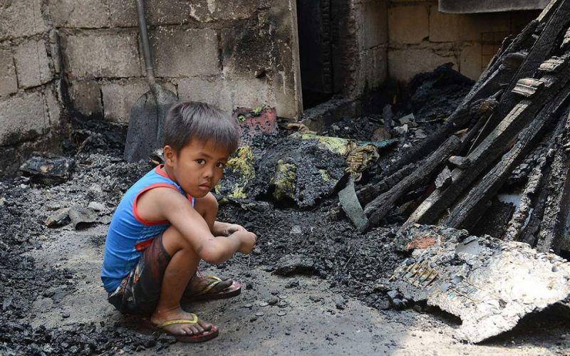 Kinder-in-Brandruinen